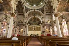 Inre av den helgonLeonard Catholic kyrkan Arkivbilder