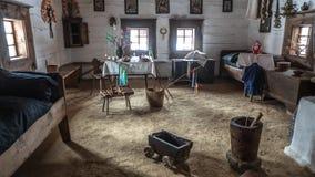 Inre av den historiska stugan - Zuberec Slovakien Arkivfoto