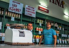 Inre av den kubanska livsmedelsbutiken Arkivbild