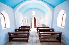 Inre inre av den lilla generiska kyrkan Arkivbild