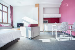 Inre av den lilla moderna lägenheten Royaltyfri Foto