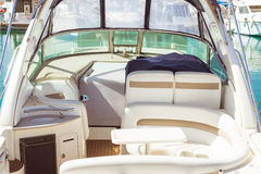 Inre av den lilla yachten i vitt eco-läder i marina av Torrev Arkivfoton