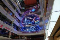Inre av den lyxiga shoppinggallerian för det kinesiska nya året av apaaktiveringen i Shanghai Royaltyfri Bild