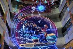 Inre av den lyxiga shoppinggallerian för det kinesiska nya året av apaaktiveringen i Shanghai Arkivfoto