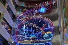 Inre av den lyxiga shoppinggallerian för det kinesiska nya året av apaaktiveringen i Shanghai Arkivbilder