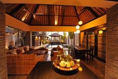 Inre av den lyxiga tropiska villan Royaltyfria Foton