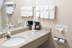 Inre av den moderna badrummiljön i Gray Colors royaltyfri foto
