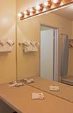 Inre av den moderna badrummiljön i pastellfärgade färger royaltyfri bild