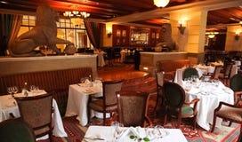 Inre av den moderna fina äta middag restaurangen royaltyfria foton