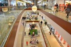 Inre av den moderna köpcentrat Royaltyfri Foto