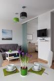 Inre av den moderna lägenheten i scandinavian stil royaltyfri fotografi