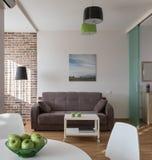Inre av den moderna lägenheten i scandinavian stil Arkivfoto