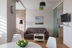 Inre av den moderna lägenheten i scandinavian stil Arkivfoton