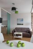 Inre av den moderna lägenheten i scandinavian stil med gröna äpplen Royaltyfri Bild