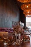 Inre av den moderna restaurangen, tomt exponeringsglas bordlägger på. arkivfoto
