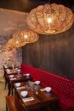 Inre av den moderna restaurangen, tomt exponeringsglas bordlägger på. fotografering för bildbyråer