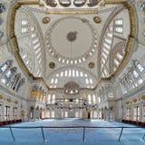 Inre av den Nuruosmaniye moskén i Istanbul Arkivbilder
