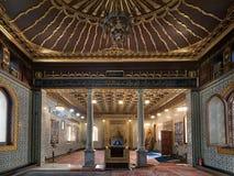 Inre av den offentliga moskén av den Manial slotten av prinsen Mohammed Ali Tewfik med träguld- utsmyckade tak, Kairo, Egypten arkivfoton