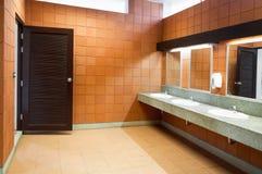 Inre av den offentliga rena toaletten i en delad toalett där är ett brett val Royaltyfri Bild