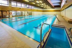 Inre av den offentliga simbassängen Royaltyfri Foto