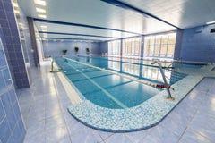 Inre av den offentliga simbassängen Arkivfoton