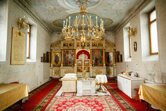 Inre av den ortodoxa kyrkan för ryss med fönster arkivbilder