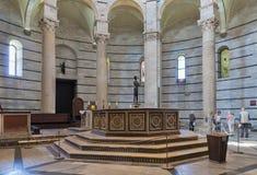 Inre av den Pisa baptisteryen av St John i piazzadeien Mirac Fotografering för Bildbyråer