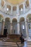Inre av den Pisa baptisteryen av St John i piazzadeien Mirac Royaltyfri Foto