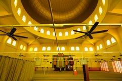 Inre av den Putra Nilai moskén i Nilai, Negeri Sembilan, Malaysia Royaltyfria Bilder