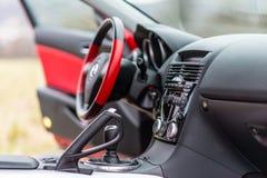 Inre av den röda sportbilen Mazda RX-8 i natur Arkivbild