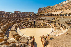 Inre av den Roman Colosseum eller Coliseumamfiteatern Arkivfoto