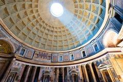 Inre av den Rome panteon med den berömda ljusa strålen Royaltyfria Bilder