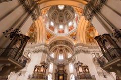 Inre av den Salzburg domkyrkakyrkan som lokaliseras på en Domeplatz i gammalt stadområde av den salzburg staden fotografering för bildbyråer