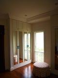 Inre av den spegelförsedda garderoben med reflexionen av bakgrunden Royaltyfri Bild
