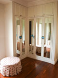 Inre av den spegelförsedda garderoben med reflexionen av bakgrunden Arkivbilder