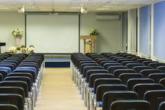 Inre av den tomma konferensen Hall With Lines av blåttstolar i F royaltyfri bild