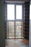 Inre av den tomma lägenheten med det stora fönstret arkivfoto