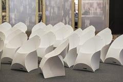 Inre av den tomma moderna konferenskorridoren med vita moderna stolar Fotografering för Bildbyråer