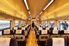 Inre av den tomma snabba järnväg vagnen stoppar på en station Royaltyfria Bilder