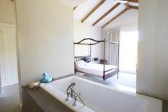 Inre av det öppna plansovrummet för samtida med badet royaltyfri foto