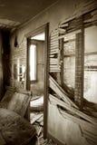 Inre av det övergav huset med brutna väggar Fotografering för Bildbyråer