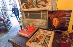 Inre av det antika boklagret med komiska tidskrifter och souvenir royaltyfri fotografi