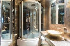 Inre av det dyra badrummet Arkivbilder
