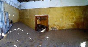 Inre av det förstörda huset i spökstaden Kolmanskop Namibia Royaltyfri Foto