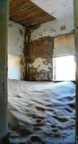 Inre av det förstörda huset i spökstaden Kolmanskop Namibia Fotografering för Bildbyråer