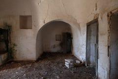 Inre av det gamla övergav Trulli huset med åtskilliga koniska tak i området av Cisternino/Alberobello i Puglia Italien arkivfoto