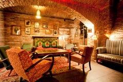 Inre av det hemtrevliga kafét i stilen av en gammal lägenhet Fotografering för Bildbyråer