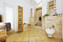 Inre av det moderna badrummet med medelhavs- stiltegelplattor arkivbilder