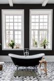 Inre av det moderna lyxiga minimalistic badrummet med f?nstret royaltyfria bilder