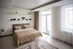Inre av det moderna sovrummet i vindl?genhet i stil f?r ljus f?rg av dyra l?genheter fotografering för bildbyråer